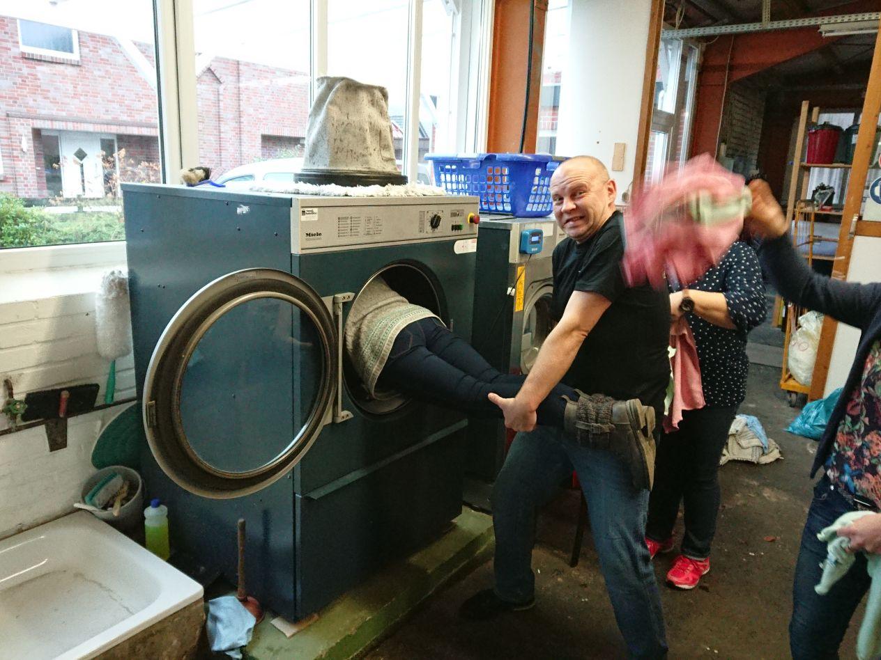 Voller Körpereinsatz beim Einbau neuer Maschinen