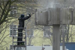 Reinigung einer Metallskulptur mit Einsatz von Rollgerüst und Hochdruckreiniger